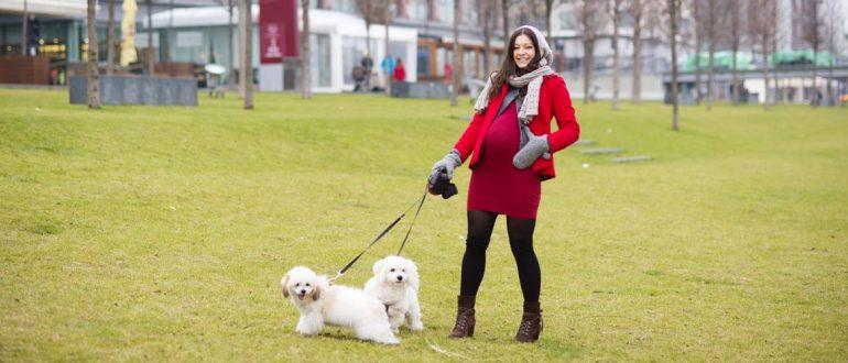 Женщина выгуливает собаку на поводке